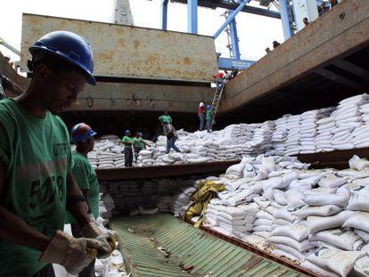 Trabajadores desvelan contenedores en el buque