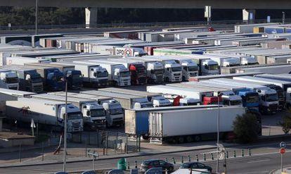 Camiones estacionados en la frontera de La Jonquera