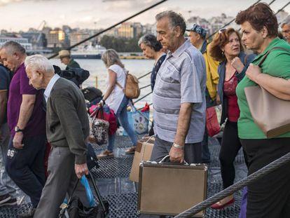 Desembarco de un ferri en El Pireo, puerto al que llegaron miles de refugiados en 2015.
