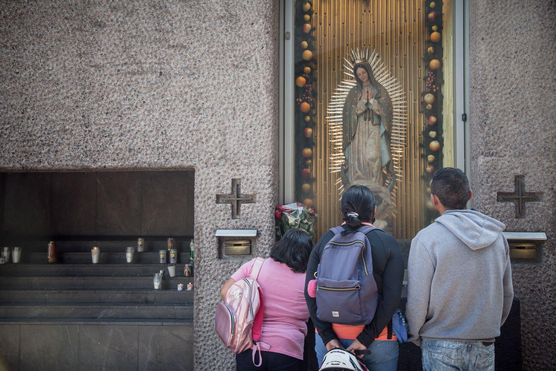 Feligreses rezando en la explanada de la basílica de Guadalupe. Por primera vez en su historia la basílica cerró sus puertas.