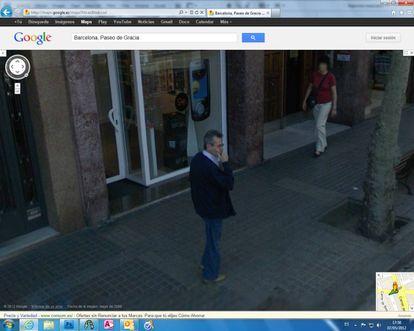 Un hombre captado por el Street View de Google en Barcelona.