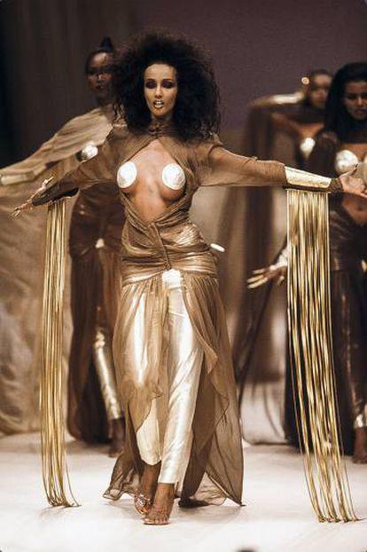 La top model Iman, durante el desfile de Thierry Mugler en París en octubre de 1985.