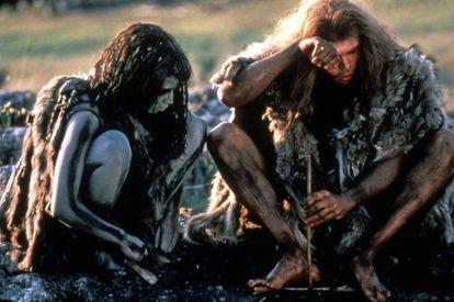 Fotograma de la película 'En busca del fuego' (1981), que muestra un 'sapiens' y un neandertal.