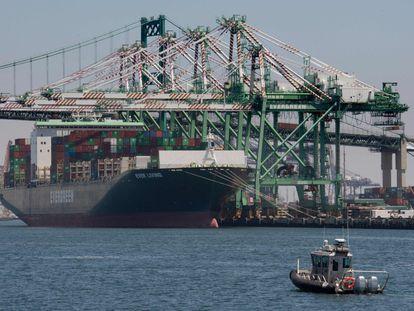 Un contenedor comercial asiático descarga mercancía en el puerto de Long Beach, California.