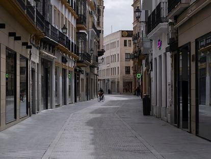 Calle comercial en el centro de Sevilla con todos los negocios cerrados, el pasado martes durante el estado de alarma.