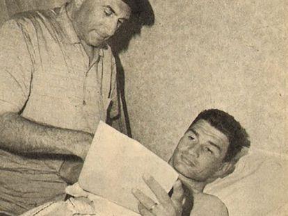 Raymond Poulidor, junto a su director, Antonin Magne, en la habitación de un hotel.