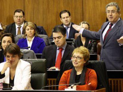 Las consejeras Carmen Martínez Aguayo (PSOE) y Elena Cortés (IU) sonríen durante la intervención de Zoido ayer en el Parlamento.