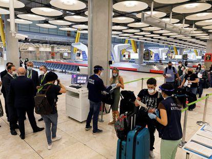 José Luis Ábalos, ministro de Transportes, y Maurici Lucena, presidente de Aena, visitan la zona de llegadas del aeropuerto de Barajas, este jueves en Madrid.