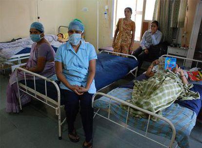Algunas de las 30 mujeres indias que alquilan su vientre a parejas extranjeras, en la clínica de Nayana Patel, en Anand.