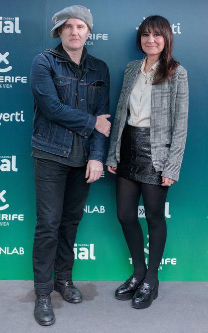 Juan Aguirre y Eva Amaral posan en el acto de anuncio de los ganadores de los premios cadena Dial.