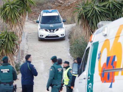 Los equipos de rescate trabajan en la zona de Totalán donde cayó el niño de dos años al pozo.