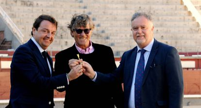 De izquierda a derecha, Rafael García Garrido, Simón Casas y Manuel Ángel Fernández, el día que Plaza1 recibio la 'llave' de la plaza.