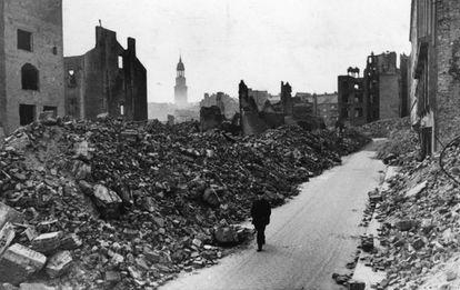 Una figura solitaria camina por Hamburgo tras el fin de la Segunda Guerra Mundial, en 1945.