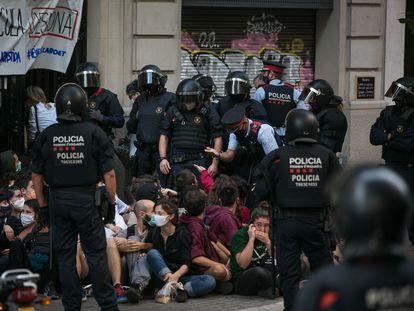 Mossos y activistas por la vivienda durante un desahucio en la calle de Còrsega, en septiembre de 2020.