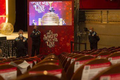 Personal de seguridad antes del inicio del sorteo de Navidad en el Teatro Real, este martes.