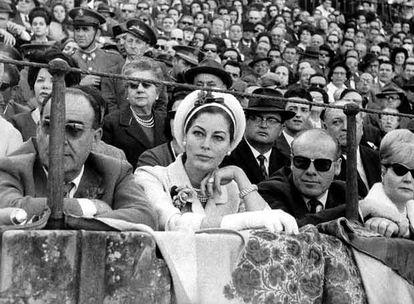 Ava Gadner contempla una de las corridas de la Feria de Abril, en Sevilla, en 1964.