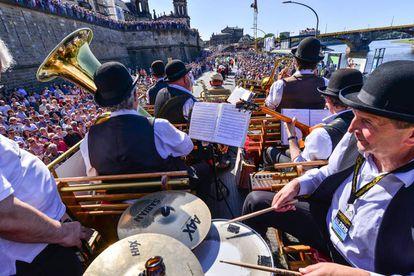 """Los """"Saspower Dixieland Stompers"""" durante el desfile de una edición pasada de Dixieland en el casco antiguo de Dresde."""