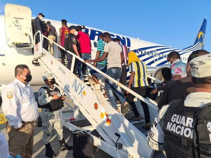 El Instituto Nacional de Migración deporta a 129 haitianos en Tapachula, Chiapas, el 6 de octubre.