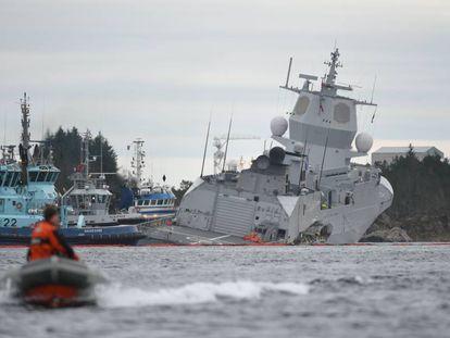 La fragata noruega KNM Helge Ingstad, tras su accidente.