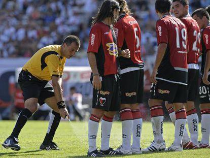 Un árbitro coloca la barrera con un aerosol en un partido en Argentina en 2009.