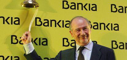 Rodrigo Rato, expresidente de Bankia, toca la campana para dar inicio a la cotización en Bolsa de la entidad en julio de 2011.