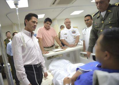 El expresidente Enrique Peña Nieto y el exsecretario de la Defensa Nacional Salvador Cienfuegos visitaron en el Hospital Regional Militar a los soldados del Ejército mexicano que resultaron heridos en una emboscada.