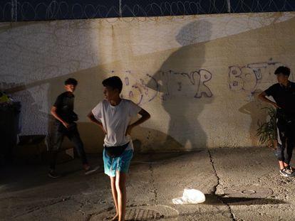 Niños inmigrantes en Ceuta, el pasado día 14, tras huir de su centro de acogida por temor a la repatriación.