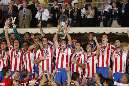 Los jugadores del Atlético de Madrid levantan la Supercopa de Europa