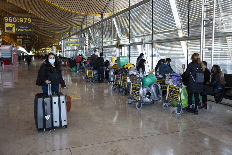 Viajeros en la terminal T4 del aeropuerto Adolfo Suárez, este miércoles.