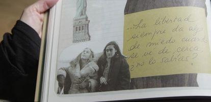 Una fotografía de la escritora con su hija Marta, fallecida en los años ochenta.