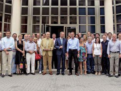Alberto Fabra posó ayer, ante la sede del PP en Valencia, con todo el equipo de la campaña electoral del partido.