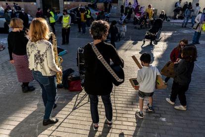 Concierto de Tereshkova swing durante la protesta de las familias del colegio Asunción Rincón, en Madrid.