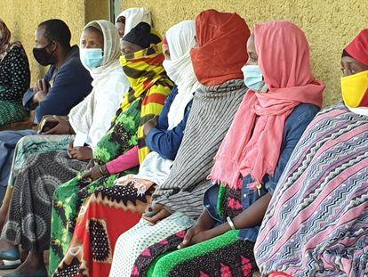 Mujeres esperan ser atendidas en el Hospital General Rural de Gambo, Etiopía.
