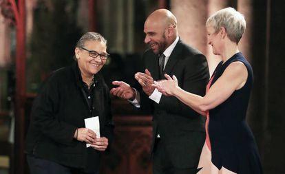Lubaina Himid (i) recoge el premio.