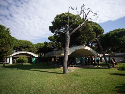 Fachada principal de la Casa Gomis, en el espacio natural de La Ricarda de El Prat de Llobregat, el pasado jueves, durante la visita de Yolanda Díaz y Ada Colau.