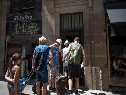 Un grupo de turistas llegan a un alojamiento turístico del centro de Barcelona, el pasado verano.
