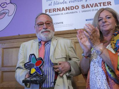 Fernando Savater y Consuelo Ordóñez, tras la entrega del premio, en San Sebastián.