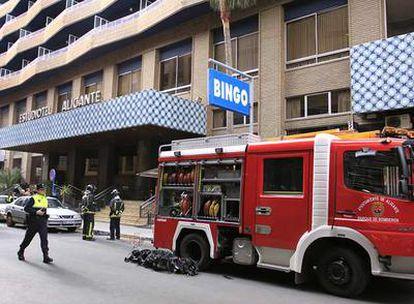 Los bomberos ante el apartotel Riscal de Alicante tras controlar el incendio.