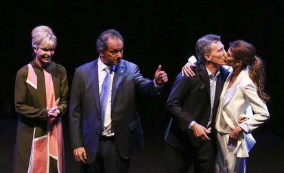 Karina Rabolini acompaña a su esposo, Daniel Scioli, mientras Mauricio Macri besa a la suya, Juliana Awada, al finalizar el debate.