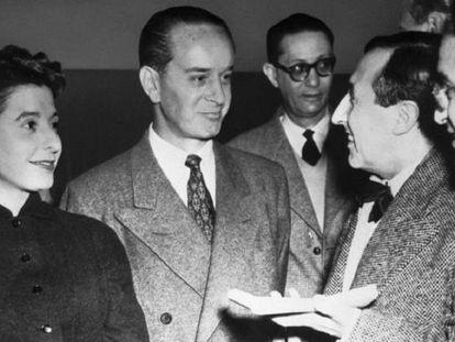 Jacobo Árbenz Guzmán (centro) habla con periodistas franceses en París en 1955.
