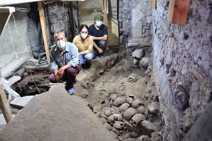 Arqueólogos en la nueva sección localizada de la torre de cráneos del Huei Tzompantli de Tenochtitlan.