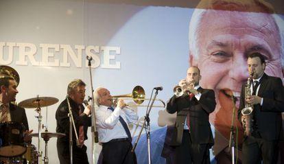 José Luis Baltar, con camisa blanca, toca el trombón durante el homenaje que le dieron unos trabajadores colocados por él, en abril de 2012.