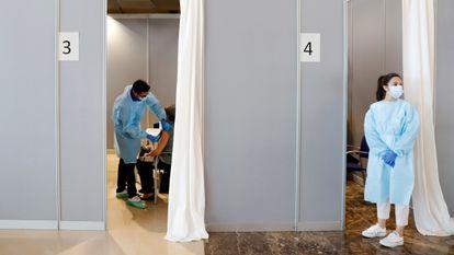 Varias personas son vacunadas en el Palacio de Ferias y Congresos de Málaga el 5 de mayo de 2021.