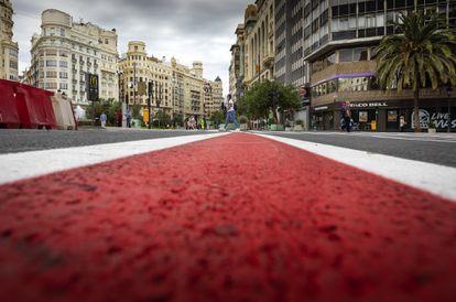 Las nuevas señales en el suelo de la plaza del Ayuntamiento de Valencia recién cortada al tráfico.