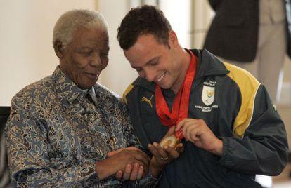 Pistorius muestra a Mandela las medallas de oro que logró en los Paralímpicos de Pekín, en 2008.