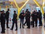 Agentes de policía nacional realizan controles a los pasajeros de la T4 del Aeropuerto Adolfo Suárez Madrid-Barajas, en Madrid (España), a 26 de marzo de 2021. Un total de 4.818 efectivos de las Fuerzas y Cuerpos de Seguridad del Estado (FCSE) se desplegarán esta Semana Santa en la Comunidad de Madrid para realizar las labores de seguridad vial, vigilancia aeroportuaria y controles de movilidad en cumplimiento del cierre perimetral en vigor desde hoy viernes, según datos avanzados a Europa Press por la Delegación del Gobierno en Madrid. 26 MARZO 2021;CONTROL ATOCHA;SEMANA SANTA;CONTROL PERIMETRAL;MADRID; Alberto Ortega / Europa Press 26/3/2021