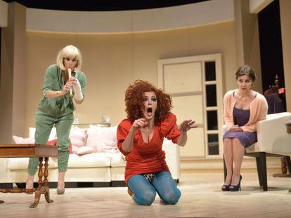 De izquierda a derecha, Anabel Alonso, Marta Belenguer y Ana Fernández, en un momento de 'Lastres'.
