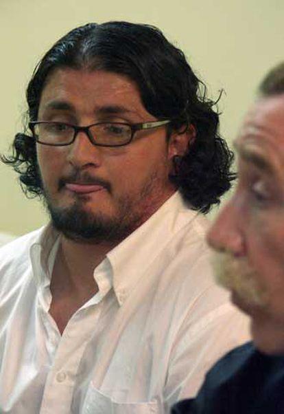 Hamed Abderrahaman Ahmed, junto a su abogado, durante la rueda de prensa ofrecida hoy en Ceuta.