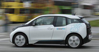 Un vehículo de una compañía de coches compartidos circula por Berlín, este martes.