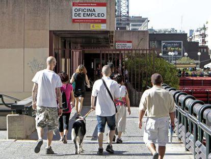 Varias personas se dirigen a la oficina de empleo de Azca, en Madrid